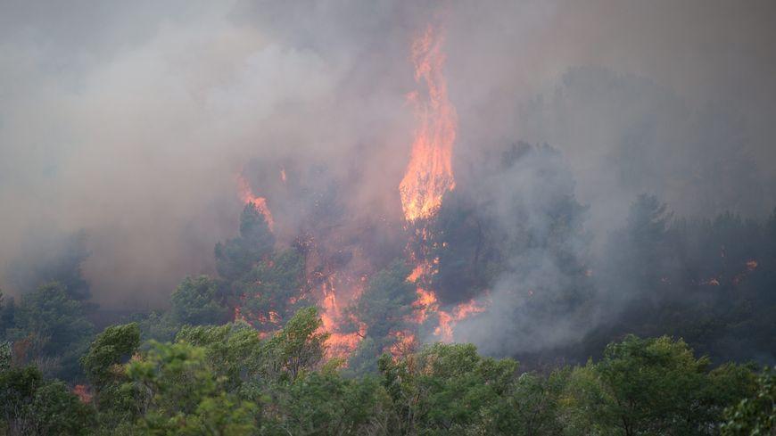 L'incendie de la Bastidonne, près de Pertuis dans le Vaucluse, s'est propagé en direction de Mirabeau.