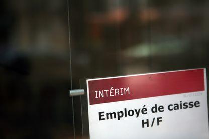 Une photo qui montre une offre d'emploi postée dans une entreprise de travail temporaire.