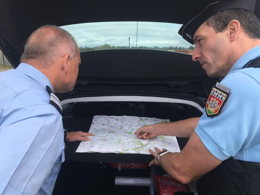 Le chef d'escadron Demeocq (à droite) et le colonel Bièvre délimitent la zone de recherche