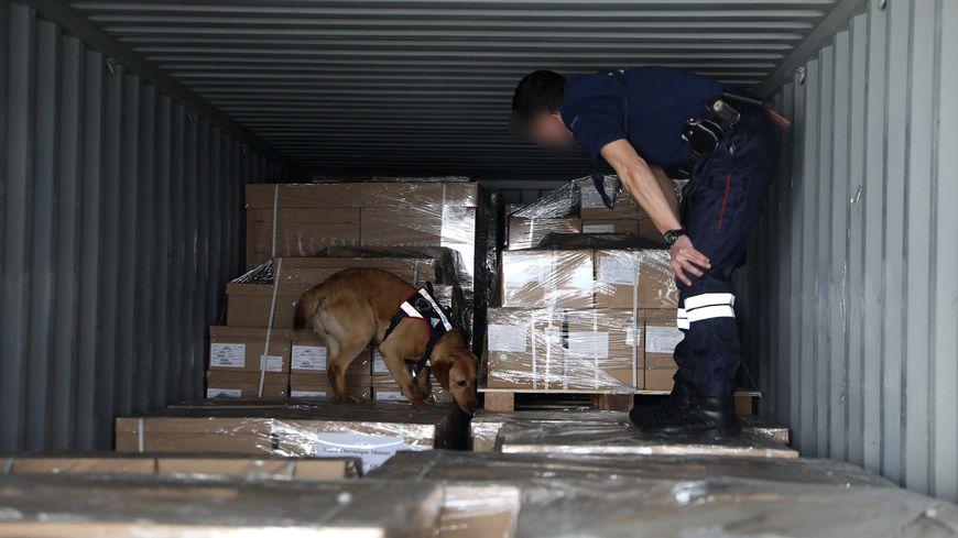 Les douaniers et les policiers ont saisi près d'une tonne de cocaïne dans le port du Havre, ce samedi. Illustration.