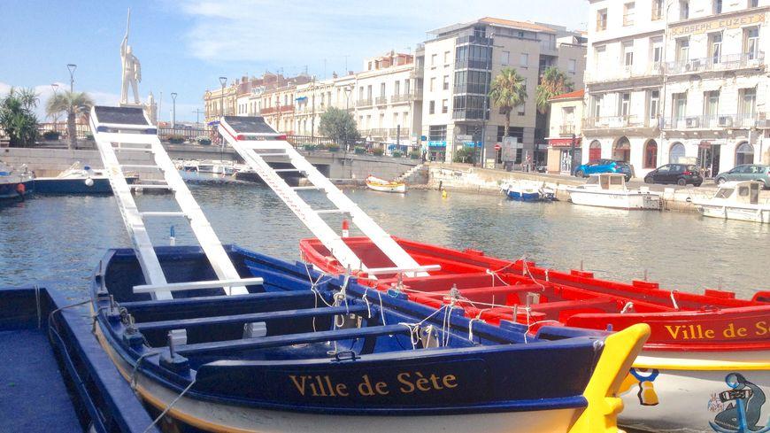 Le cadre royal à Sète. Au loin, la statue du jouteur