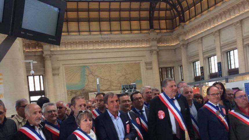 Les élus attendaient la ministre dans la hall de la gare Saint-Jean.