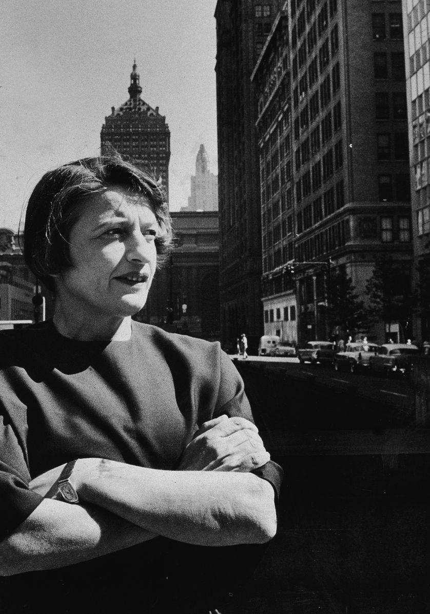 Ayn Rand les bras croisés dans la ville de New York