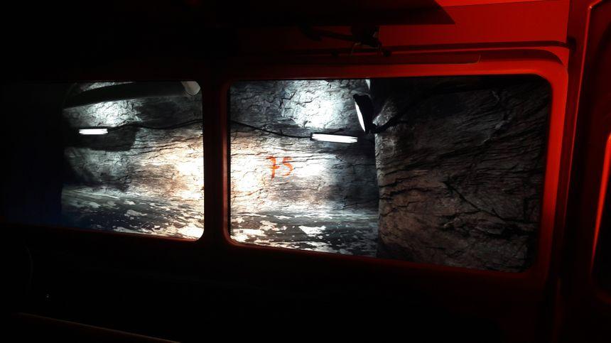 Les visiteurs entrent tous dans un faux camion pour vivre la descente dans la mine.