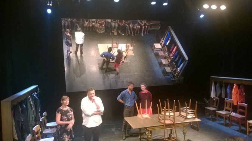 Tabula Rasa, les comédiens au moment où le public s'installe dans la salle
