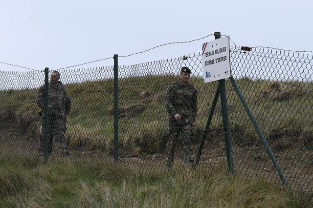 Le colonel Trevor Hill derrière une clôture de sécurité de l'île de Cézembre, le 23 mars 2017. - Damien Meyer (AFP)