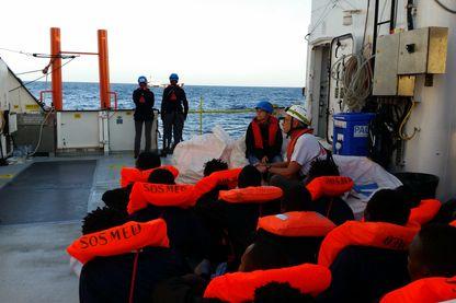 Des rescapés attendent leur nouveau transfert après avoir été sauvé par un cargo turc puis récupéré par l' Aquarius.