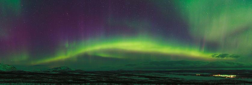 Apparition brillante des aurores boréales sur les montagnes en Laponie, au nord de la Suède