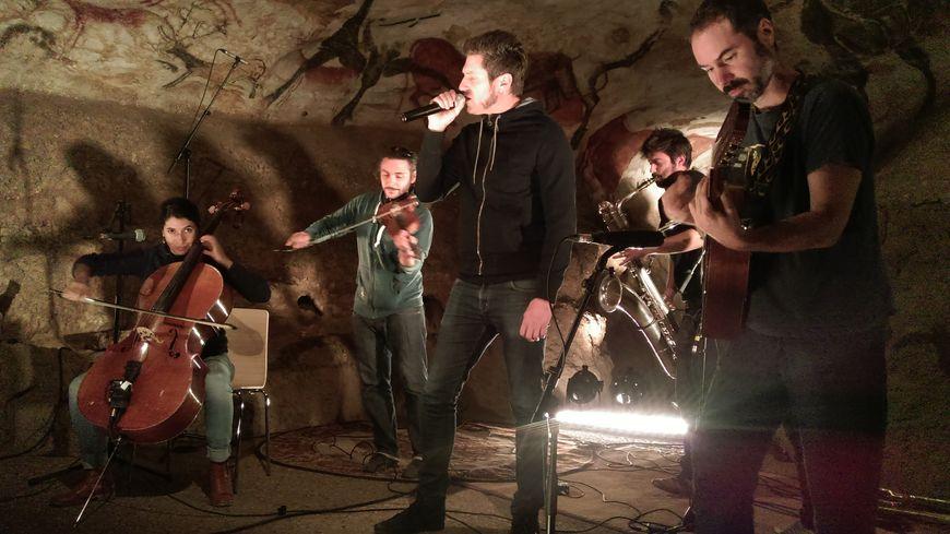 """""""Un air, deux familles"""" a enregistré quelques morceaux ce vendredi dans le fac-similé de la grotte."""