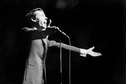 Le chanteur belge Jacques Brel chante pour la dernière fois devant le public du music-hall parisien l'Olympia le 7 octobre 1966, mettant ainsi un terme définitif à sa carrière musicale. AFP