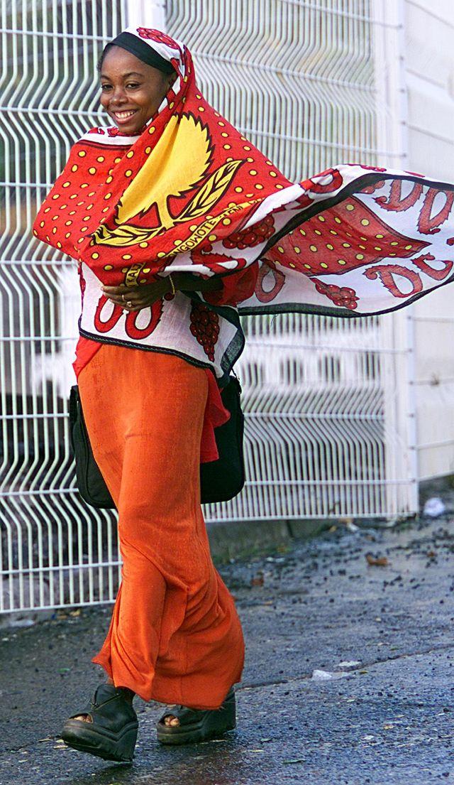 Une Mahoraise se promène dans les rues de Dzaoudzi, en route vers le travail,