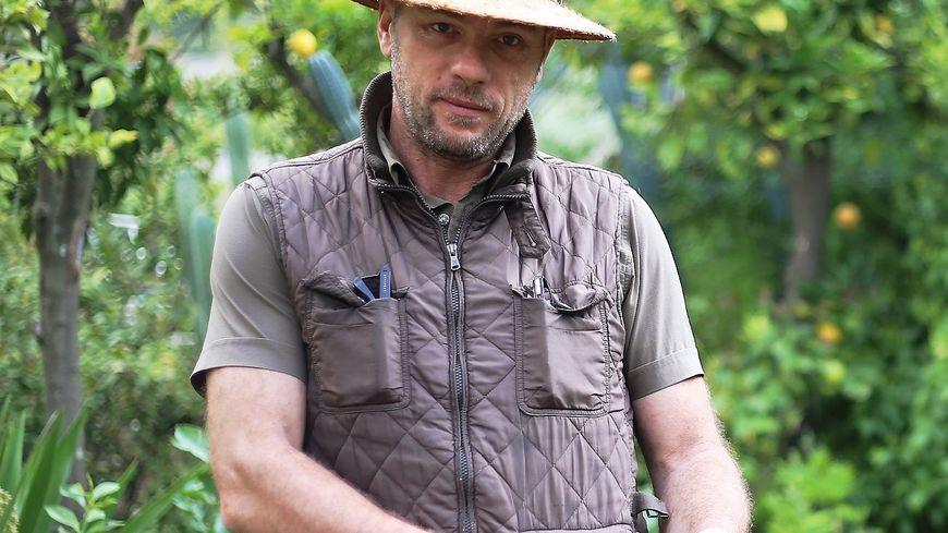 Laurent Gannac prends soin de ses citrons sur les hauteurs de Menton