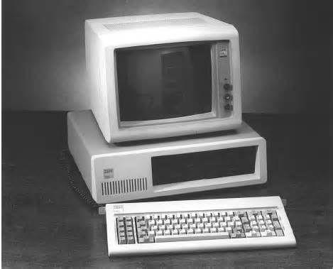 IBM commence à produire le premier ordinateur personnel à partir de 1981.