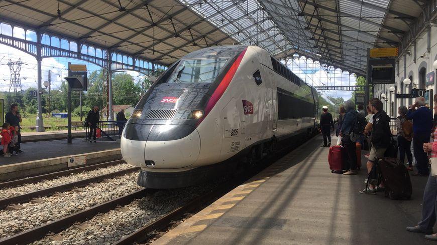 Le premier TGV l'Océane entre en gare de Pau