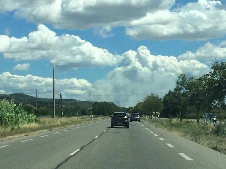 Les fumées se dispersent sur plusieurs kilomètres (photo prise depuis Lourmarin).