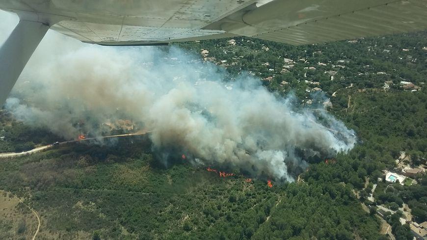 le feu à Nîmes, chemin du Tholozan, au début de l'intervention des pompiers