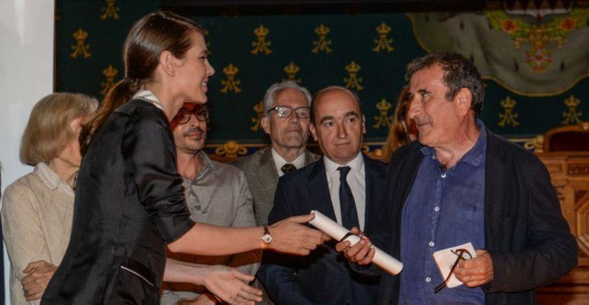 Charlotte Casiraghi remet le prix des rencontres de philosophie de Monaco (Mention honorifique) à Michel Valensi