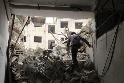 Dans les ruines de l'hôpital d'Arbin, après une frappe aérienne du régime Assad à Damas, en Syrie, le 1er mai 2017.