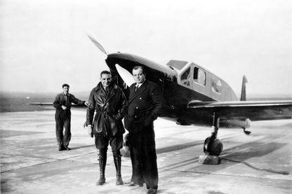 Antoine de Saint Exupéry en civil devant son avion, en 1935