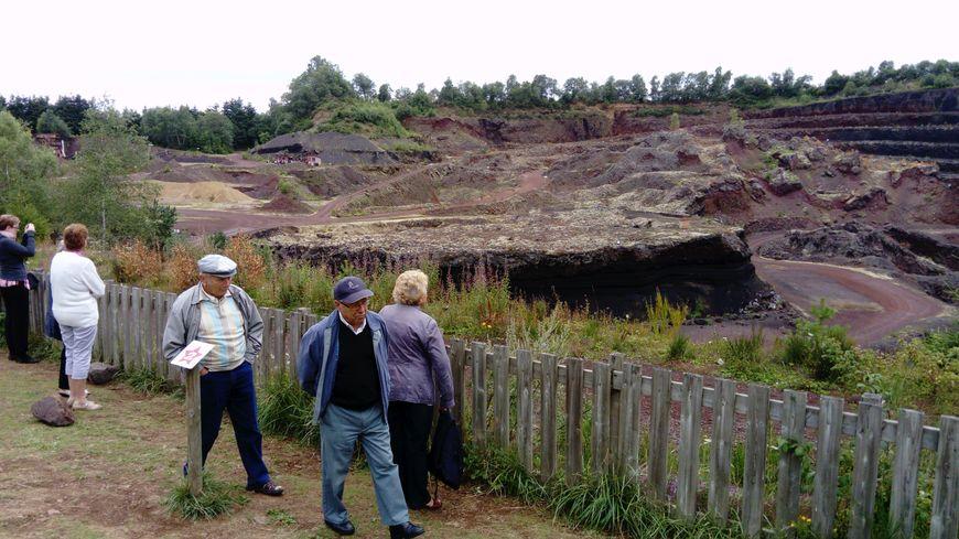 Les visiteurs apprécient le panorama avant de descendre dans le cratère du volcan