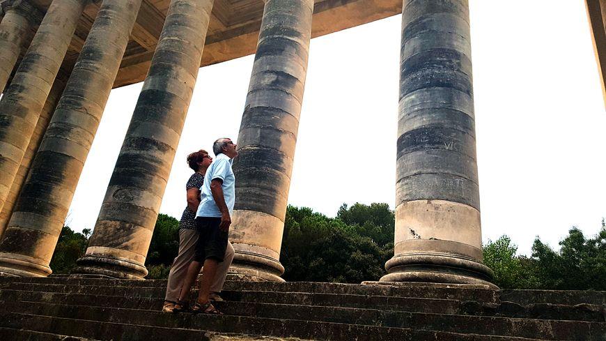 Alain et Tina, touristes antibois, s'attardent au pied des vestiges du Grand Théâtre.
