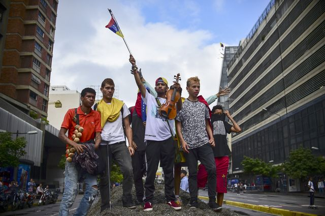Des opposants bloquent une rue de Caracas, 18 juillet 2017