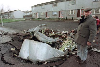 Un habitant de Lockerbie  l'un des quatre moteurs de l'avion Pan Am 747 Jumbo le 22 décembre 1988, qui a explosé et s'est écrasé la veille sur Lockerbie.