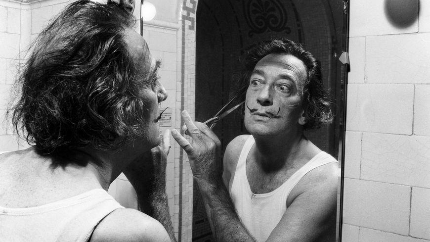 Salvador Dali se taillant la moustache, en 1964