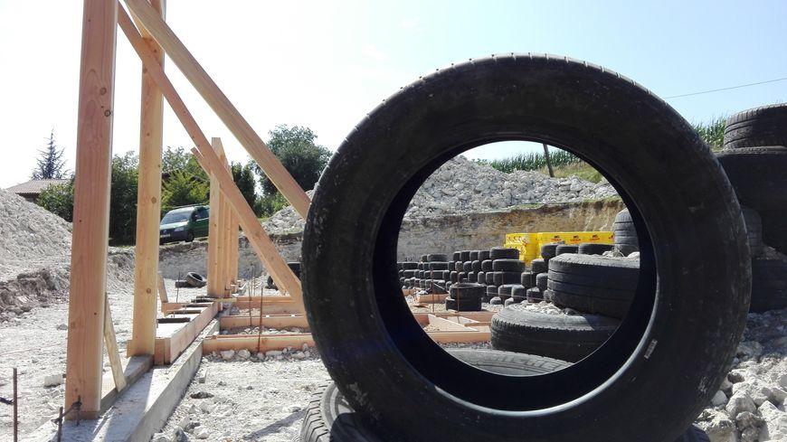 700 pneus sont utilisés pour la construction