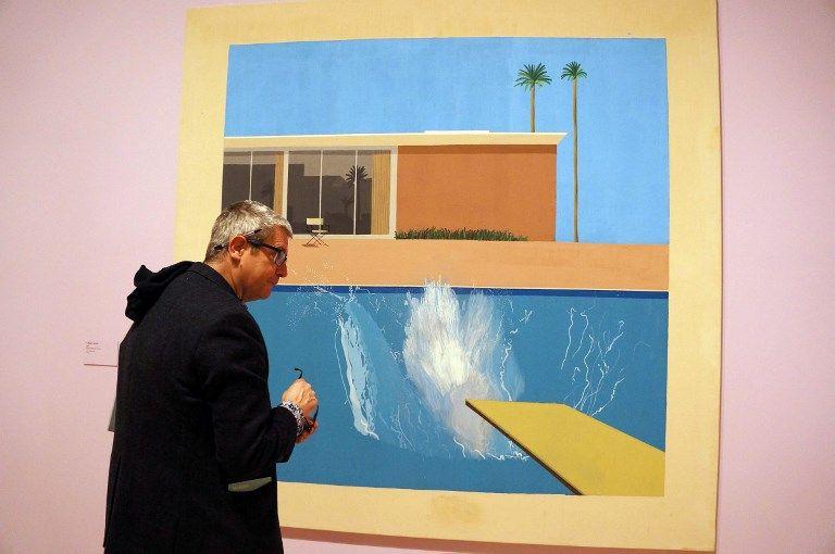 """Un visiteur de la Tate Britain devant """"A bigger splash"""" de David Hockney : comment la peinture peut-elle s'approcher de la perception?"""