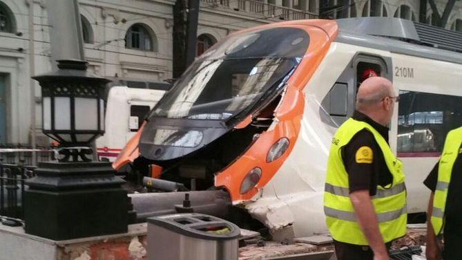 Le train accidenté en gare de Barcelone
