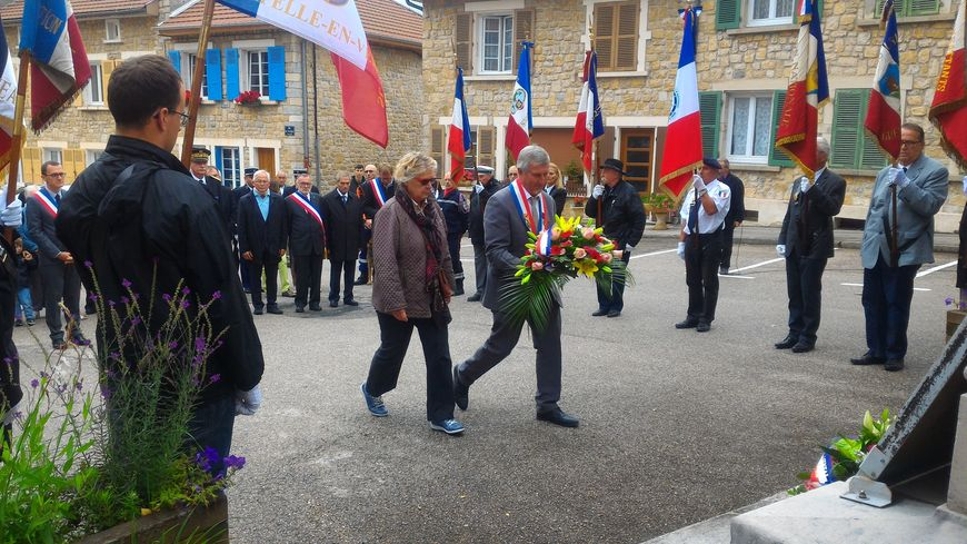 Le maire de La Chapelle-en-Vercors, Jacky Casasnovas, dépose une gerbe devant le monument aux morts en compagnie d'une représentante des familles des victimes.