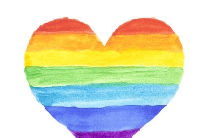 Arc-en-ciel aquarelle en forme de cœur.
