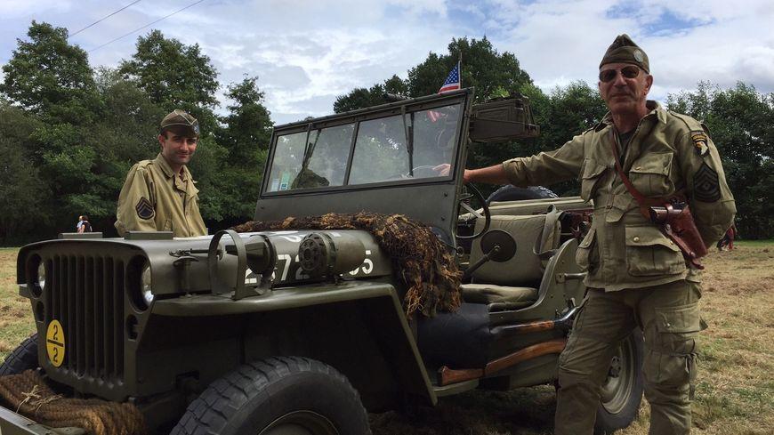 """Joël Pasquier (à droite) et son fils à côté de leur jeep mitrailleuse au """"Festival America"""" de Saint-Mars-du-Désert en Mayenne"""