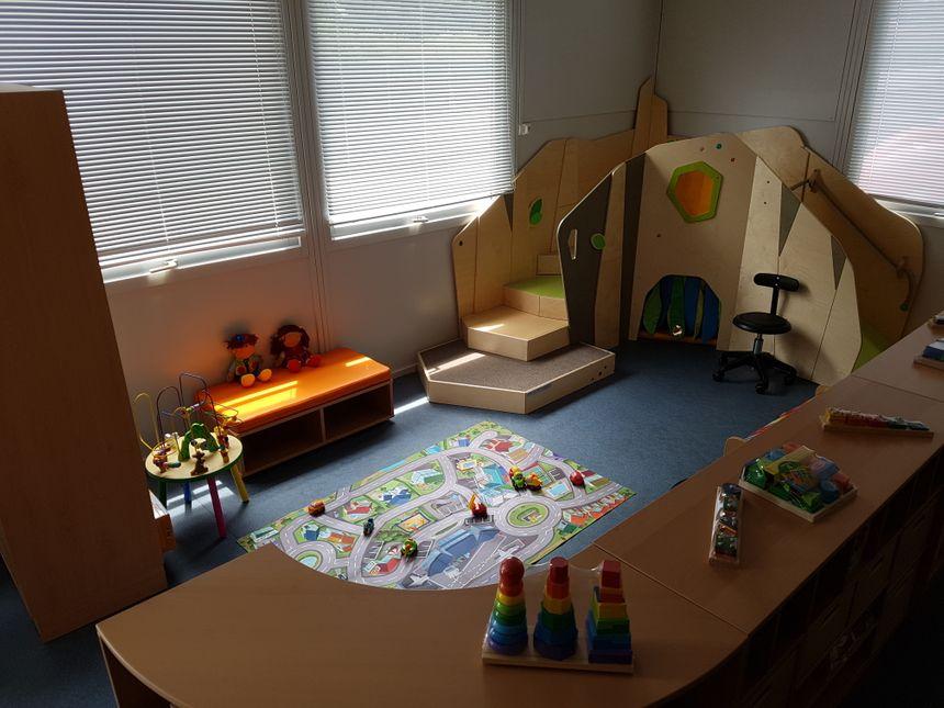 La salle de cours est divisée entre espace collectif et partie individuelle, adapté pour une meilleure prise en charge des enfants