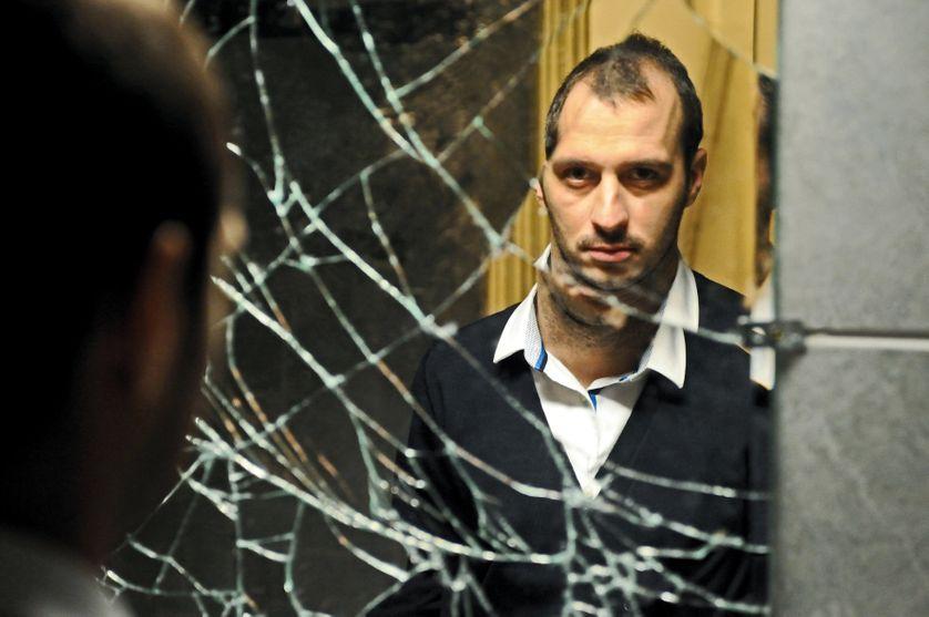 """Reflet d'un homme dans un miroir brisé dans le film """"Un mois en Thailande"""""""