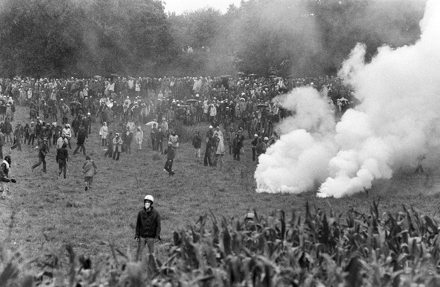 Des manifestants anti-nucléaire sont rassemblés le 31 juillet 1977 à Creys-Malville, pour manifester contre la création de la centrale nucléaire Superphénix.