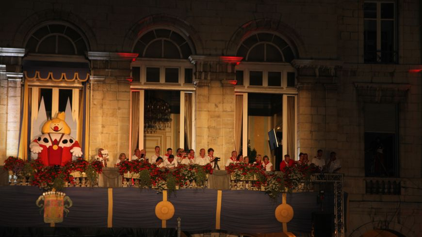 le Roi Léon et le jury du corso lumineux au balcon de la mairie de Bayonne