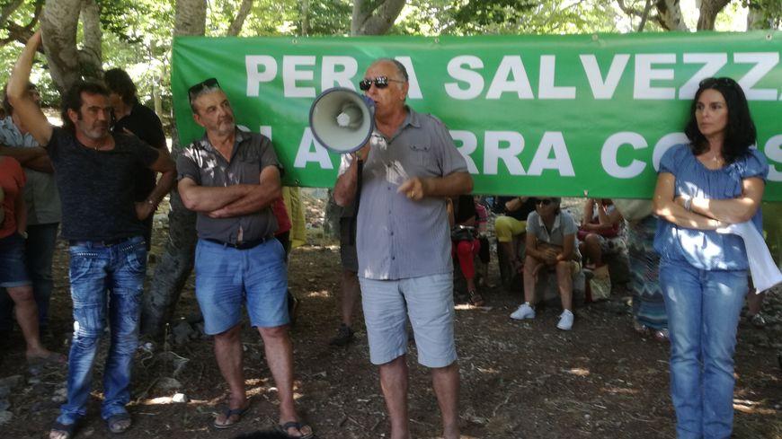 Réuni sous les arbres de la forêt de Vizzavona, le collectif citoyen entend fédérer associations et anonymes.