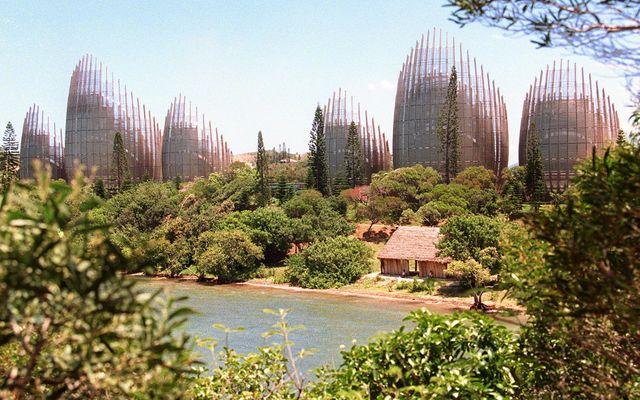 Vue générale, prise à Nouméa du centre culturel Jean-Marie Tjibaou conçu par l'Italien Renzo Piano, à qui l'on doit le Centre Georges-Pompidou. l