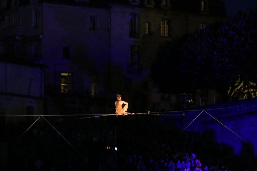 La funambule s'est amusée sur le fil à descendre et s'allonger sur le câble.