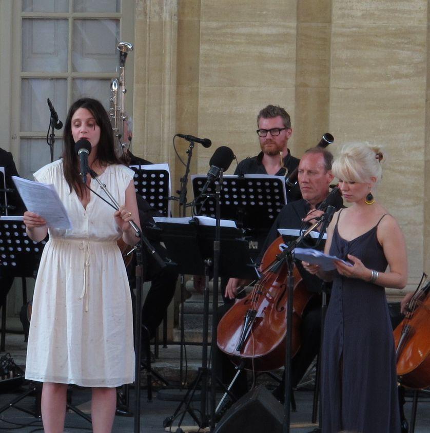 Judith Chemla (Antigone), Marion malenfant (Ismène) et l'Orchestre National de France, dans al cour du Musée Calvet