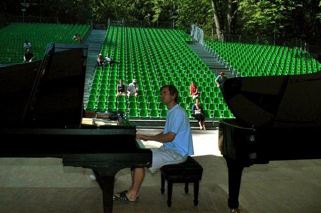 En 2004, le pianiste Nikolaï Lugansky teste les pianos proposés par le festival sur la scène en plein air