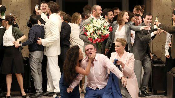 Elsa Dreisig, Stéphanie d'Oustrac et Michael Fabiano dans la nouvelle production de Carmen mise en scène par Dmitri Tcherniakov au Festival d'Aix en Provence ©Patrick Berger
