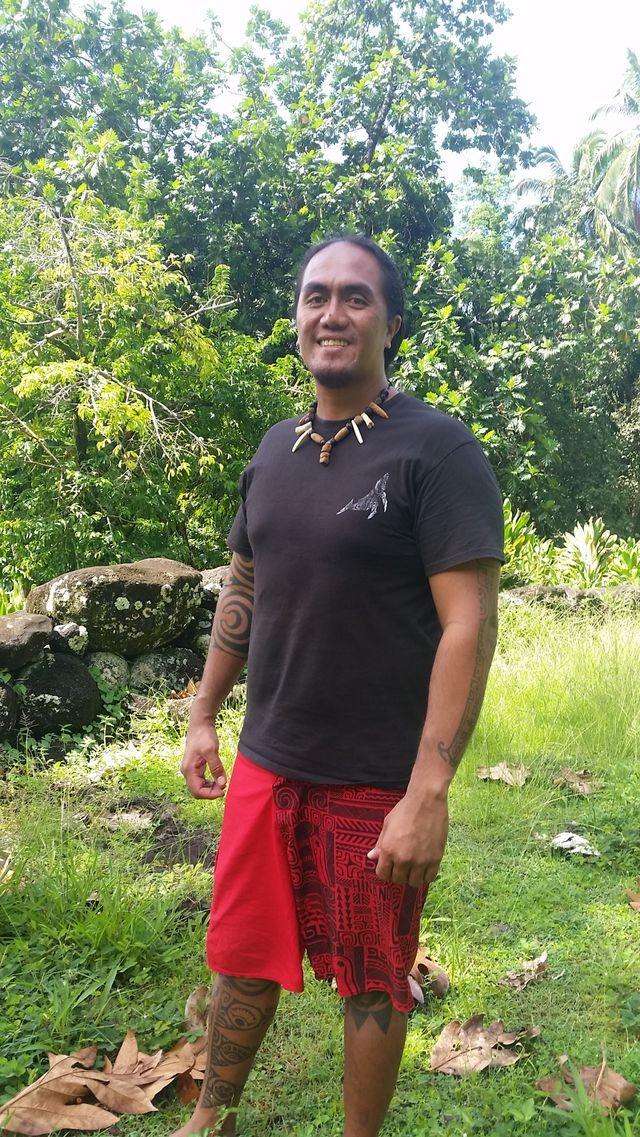 Umu Kaimodo sur le site sacré d'Atouna sur l'Ile d'Hiva Oa