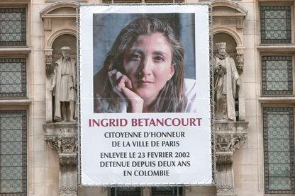 Une photo d' Ingrid Betancourt apposée sur la façade de l'Hôtel de Ville à Paris, à l'occasion du deuxième anniversaire de son enlèvement par les FARC (Forces armées révolutionnaires de Colombie)