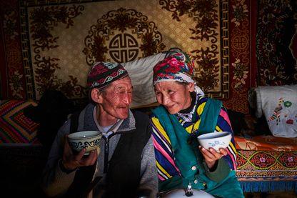Teleihan Hussein et sa femme, nomades kazakhs, boivent un thé lors de leur transhumance hivernale à travers la Mongolie