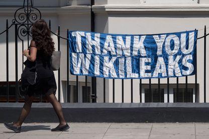 Banderole de soutien à Julian Assange sur les grilles de l'Ambassade d'Equateur à Londres en juin 2017, où le lanceur d'alerte s'est réfugié depuis 5 ans.