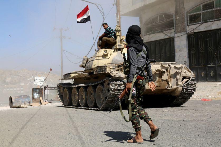 Véhicule blindé lors d'un affrontement entre les forces du gouvernement et les Houthis et pro-Saleh, au cours d'une opération dans la province de Taiz le 6 avril 2017