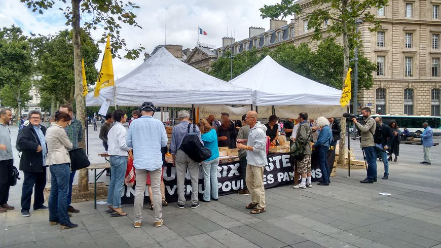 Le stand installé sur la Place de la République à Paris ce mardi